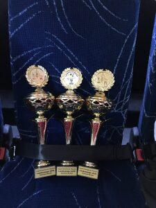 3 angeschnallte Pokale im Bus nach Halle - Foto Till Steinforth